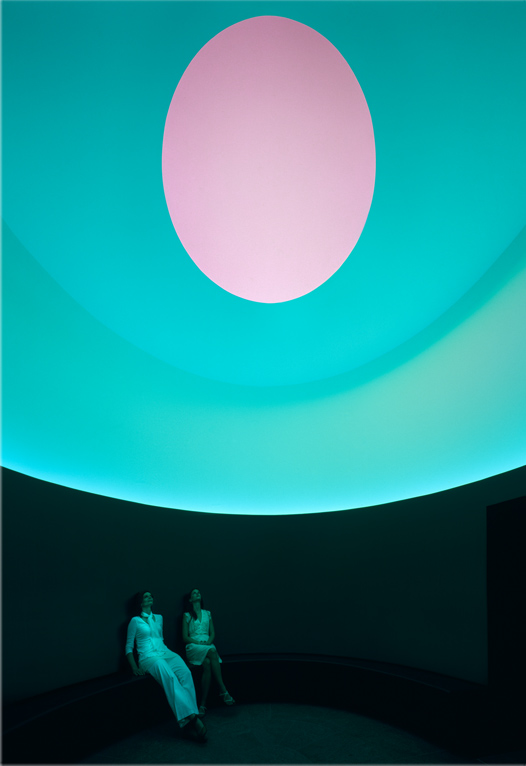 Photo of two observers looking at the oculus.
